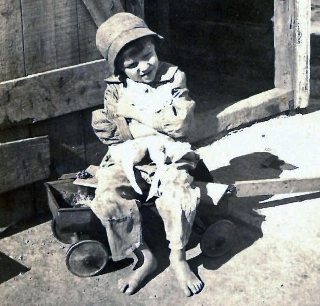 1924 on wagon holding cats